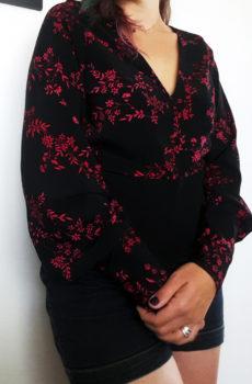 blouse manche bouffante noire et rouge fleurie