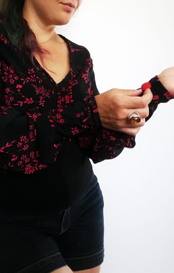 blouse noir et rouge fleurie