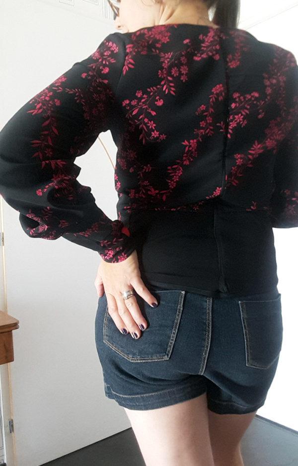 blouse noir et rouge fleurie de dos