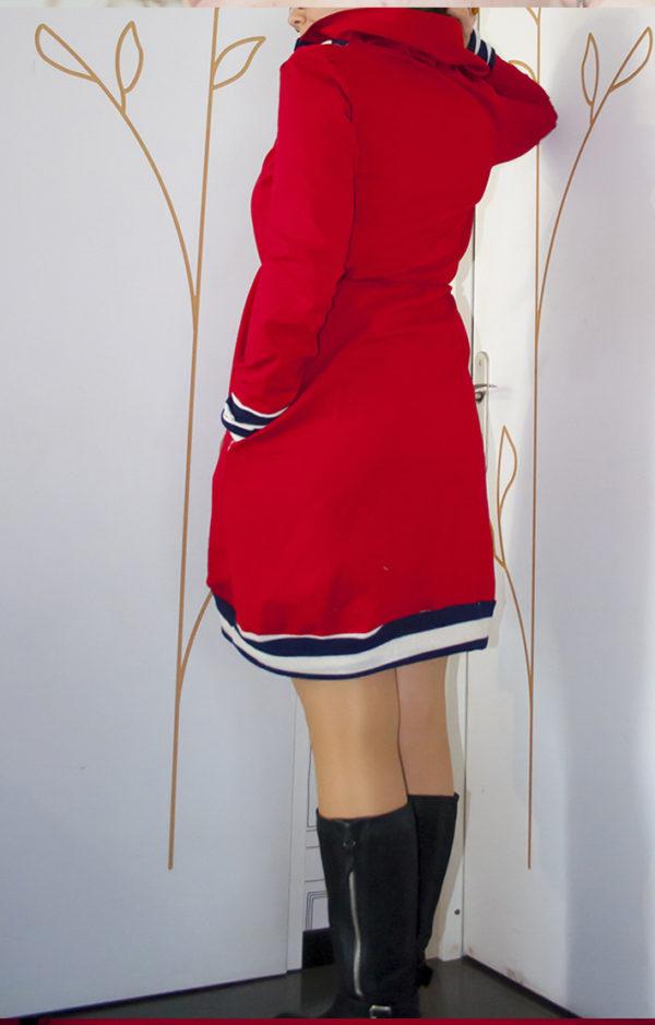 robe rouge col roulé de dos