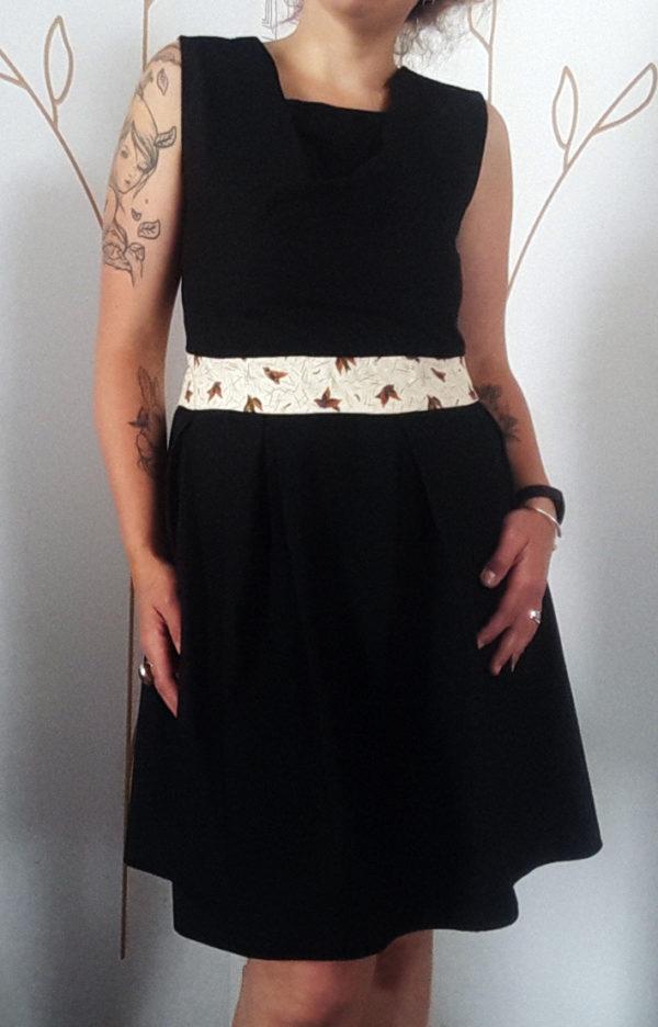 robe sur mesure noire vue de face avec une ceinture à motif