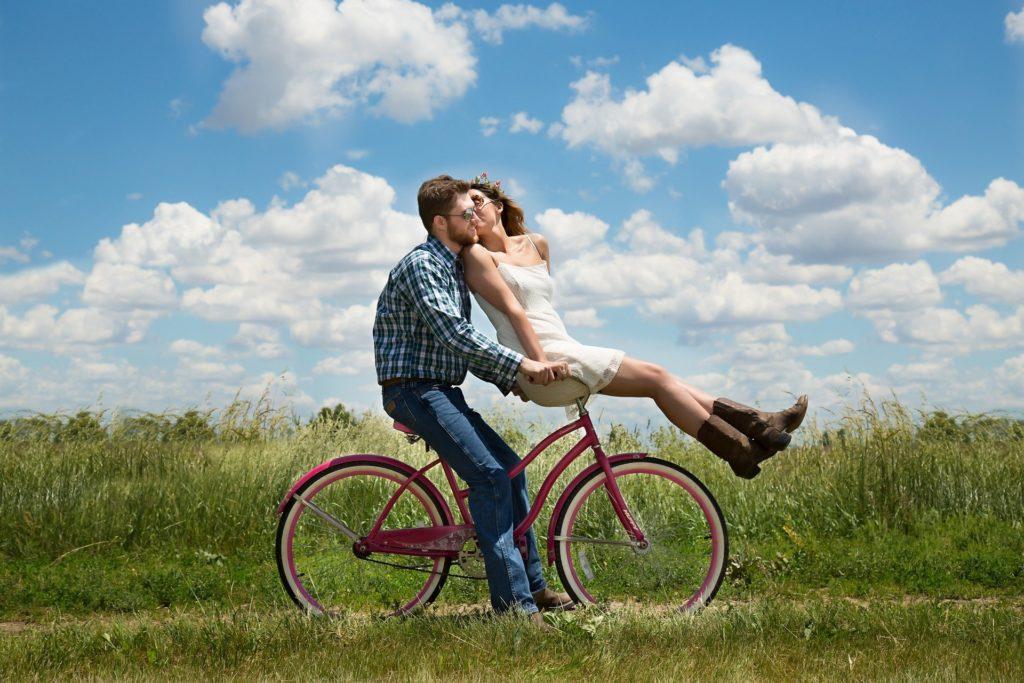 un couple amoureux sur le vélo en pleine nature