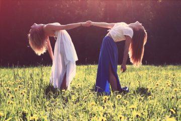 2 femmes se tiennent la main en se penchant en arrière