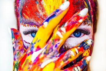 visage couvert de peinture multicolores