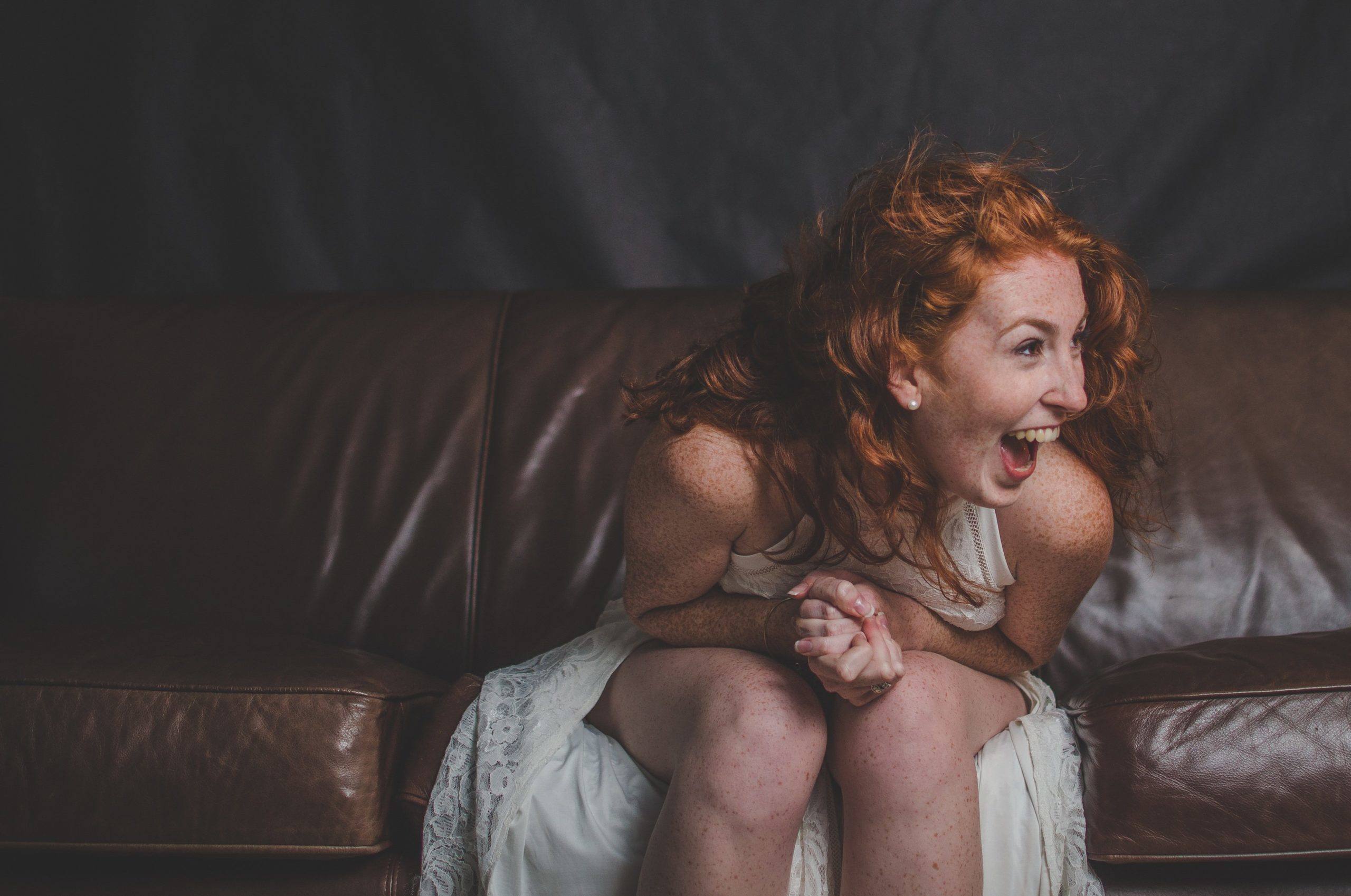 femmes rousse qui rit aux éclats