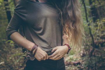 femme aux cheveux long dan la forêt