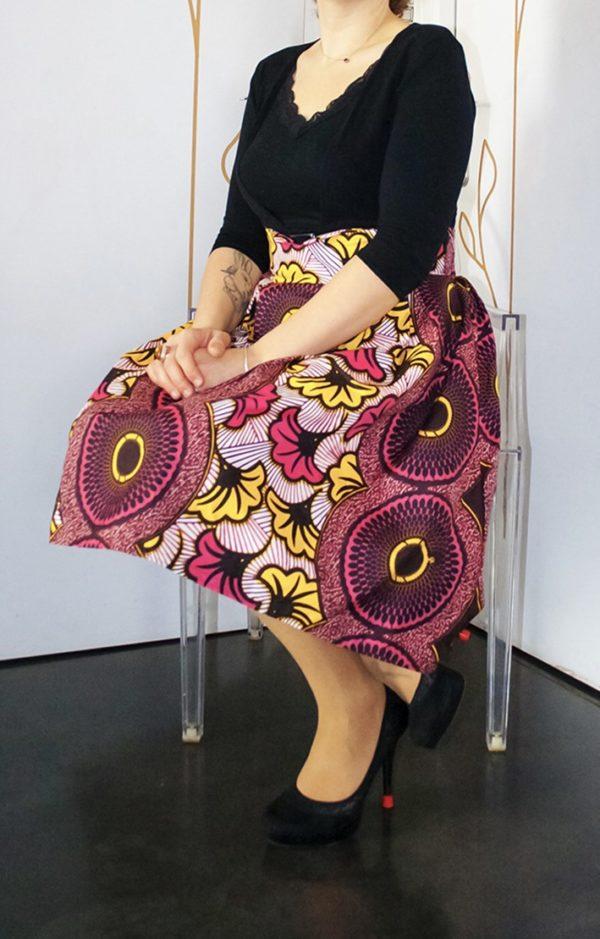 modèle assis avec jupe en wax coloré