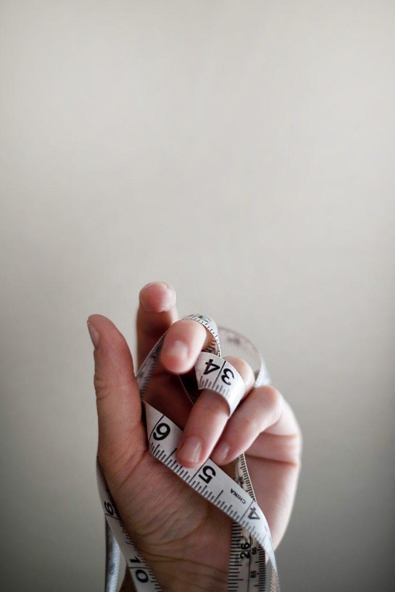 main tenant un mètre de couture
