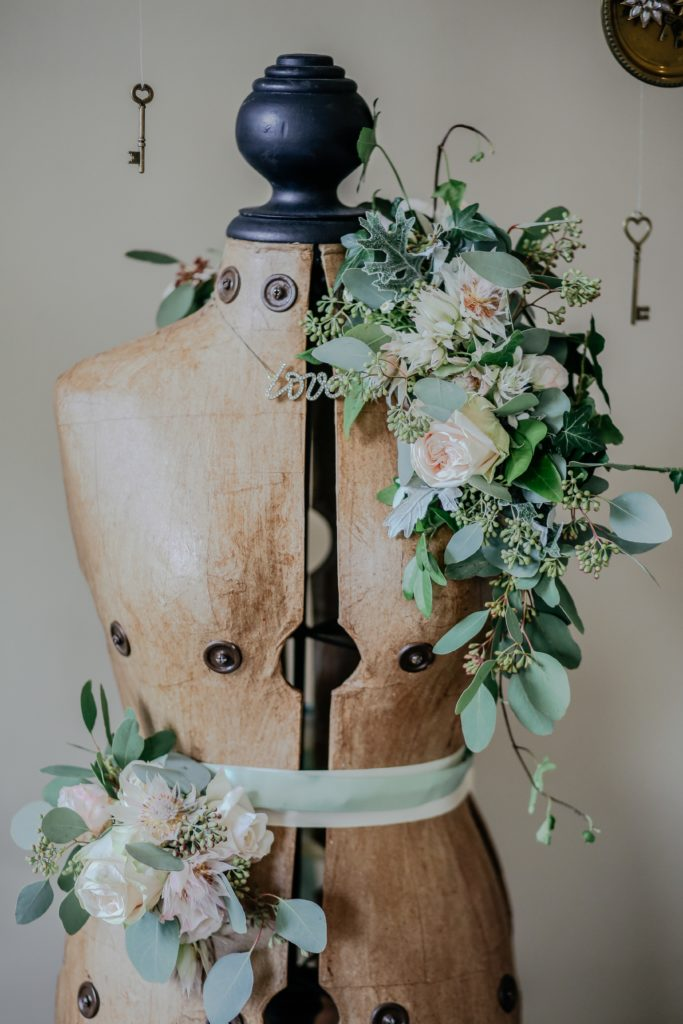 buste de couture en bois avec fleurs