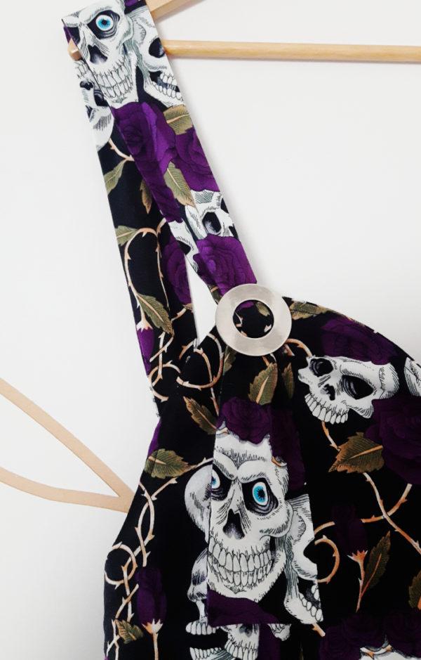 combinaison sarouel motif tête de mort détail de bretelle