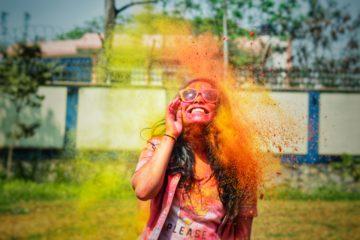 jeune fille souriante dans un nuage de couleur